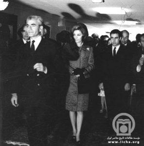 از راست: رضا قطبی (رئیس رادیو و تلویزیون ملی ایران، پسردایی، برادر و مشاور اصلی فرح)، شهبانو فرح، محمدرضاشاه